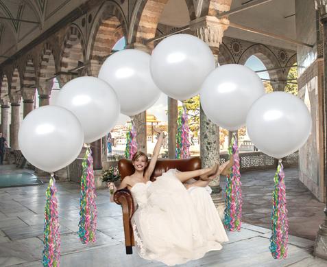 Mit-Helium-Ballongas-schwebende-grosse-Ballons-sind-die-aktuellen-Glanzpunkte-auf-Hochzeitsfeiern